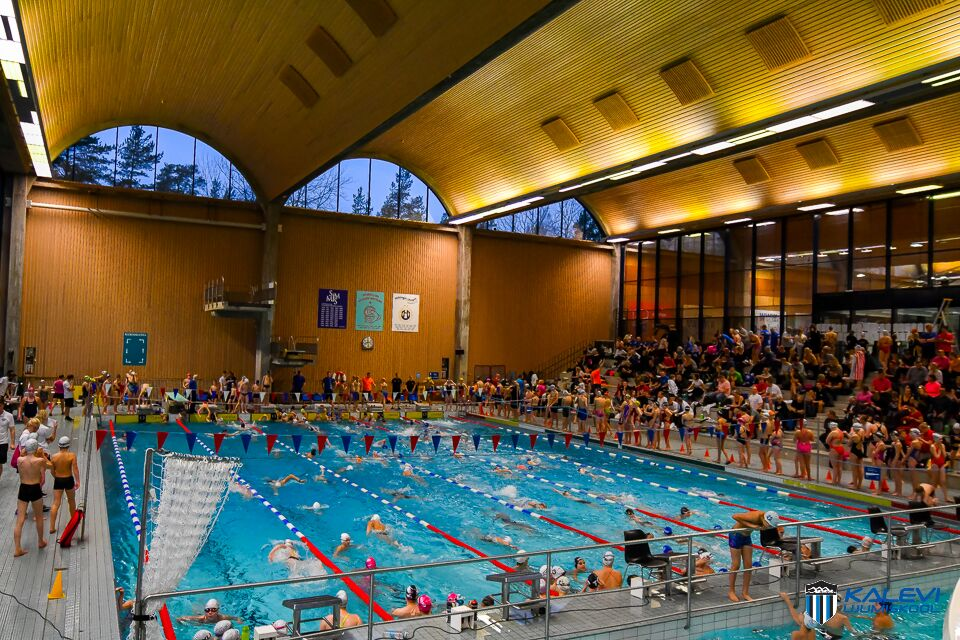 """Ujumiskooli noored tegid Soomes ligi 500 osavõtjaga ujumisvõistlusel """"Tonttu-uinnit"""" edukaid starte"""